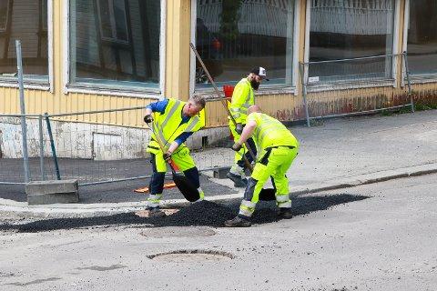 I GANG: Asfaltarbeid i Haraldsgata onsdag ettermiddag.