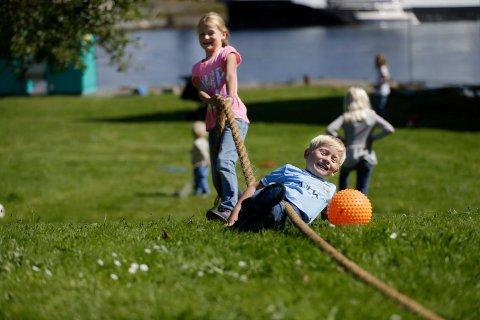 SLIK KAN DET BLI: Sommerfestivalen på Vibrandsøy er blant de lokale arrangementene som får støtte fra Gjensidigestiftelsen. Her fra et famileiarrangement for noen år siden, med Melina og Martin Hansen.