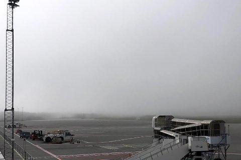 TYKK TÅKE: Bildet er tatt like før klokken 10 tirsdag. Tåken ligger tjukt over flyplassen.