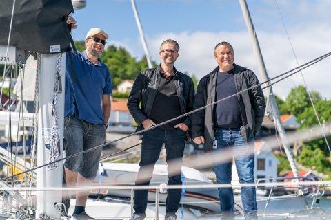 GLEDER SEG: Frode Leidland, Nils Mikal Sørhaug og Stacy Ferkingstad ser frem til å fylle havnebassenget med enda en brygge.