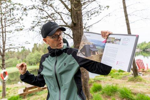 DAGSTURHYTTAS FAR: Leder for dagsturhytteprosjektet, Atle Skrede viser frem tegninger av dagsturhytta.