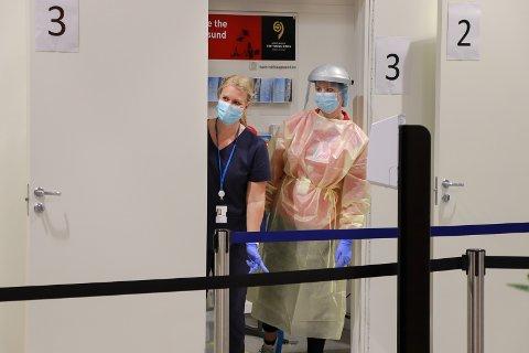 SMITTEVERN: Det ble hyret inn flere ansatte og ekstra sikkerhetspersonell da noen utenlandsruter åpnet igjen på Haugesund lufthavn.