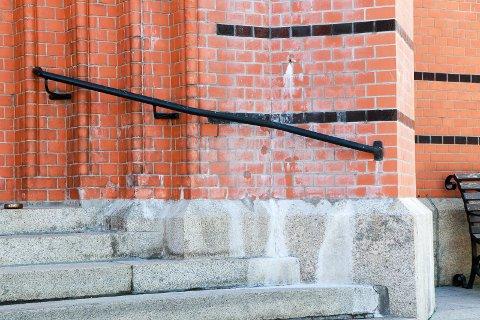 FLEKKER: Slik ser det ut ved inngangspartiet til hoveddørene i Vår Frelsers kirke i Haugesund.
