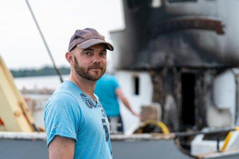 ØDELAGT: Båteier Erlend Nilsen med restene etter brann.