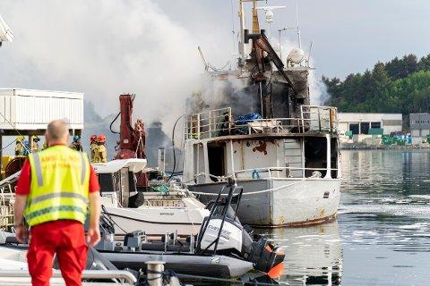 BRANN: Fartøyet som brenner ligger til kai i Vedavågen.