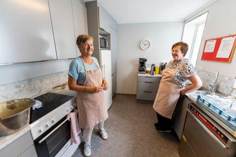 FORNØYDE: Husflidsdamene Lill Thomassen og Karin Vedøy i det nye kjøkkenet som de begynte på tidligere i år.