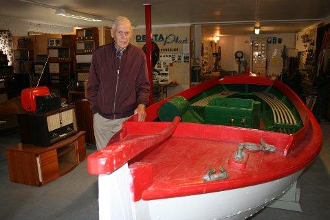 MUSEUMSSJEFEN: Lars Ebne, her ved ei flott snekke frå 1938 med ein Marna 3,5 HK som blei bygd i Oma i Hardanger. Ebne leiar stiftelsesstyret som eig og driv Norsk Motormuseum i Skånevik.