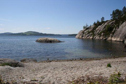 OTERTONG: Otertong har sammen med Lie Badeplass i Skjoldafjorden de høyeste badetemperaturene på Haugalandet så langt i år. Du ser skiltet til badeplassen når du kjører mellom Skjoldastraumen i Tysvær og Skjold i Vindafjord.