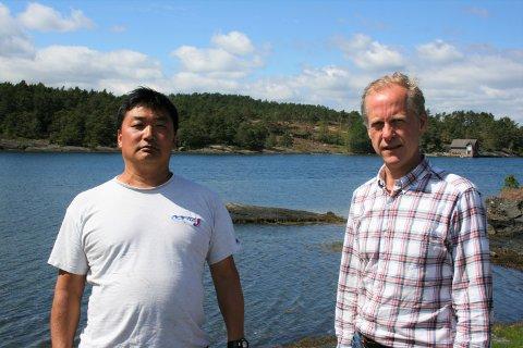 Geir Åge Bakkevik (t.v) og Torger Toftø Kyvik mener det vil gå utover livskvaliteten til beboerne på øya dersom Tysvær kommune godkjenner ønske om nye hytter på Stonghalvøya i Nedstrand.
