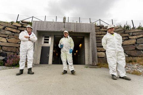 Tor Kåre Mæland, Leif Inge Stange og Arvid Stakkestad tok avisen med på kloakktur i august. Det gjenstår fortsatt mye arbeid i synkehullet.