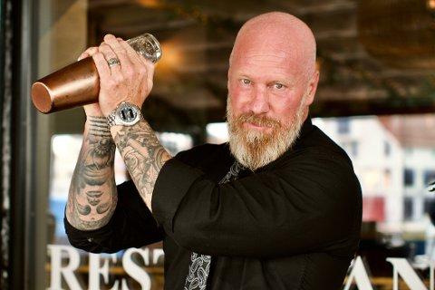 KUNST: Mixologist Conny Engman utfolder seg kreativt gjennom produksjonen av coacktails og mocktails på Brasserie Brakstad.