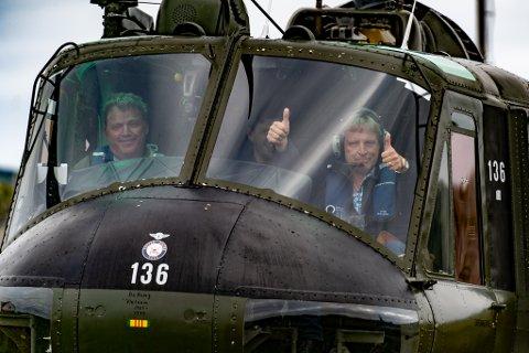 Sig Hansen med tommel opp etter en landing i røff vind. Bak spakene sitter Stig Bakke fra Ålgård.