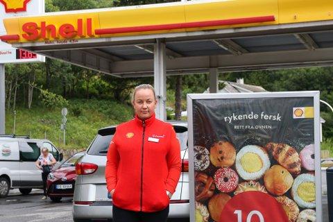 HAR IKKE NOK FOLK: Daglig leder Marianne Turtveit på Shell-stasjonen i Røldal har sett seg nødt til å stenge dørene syv timer tidligere to dager denne uken.