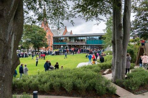 POPULÆR: Bibliotekparken ble kjapt populær etter at den sto ferdig etter rehabiliteringen. Dette bildet ble tatt da biblioteket ble gjenåpnet i september 2019.