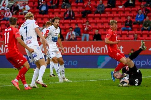 Haugesunds keeper Egil Selvik i aksjon under eliteseriekampen i fotball mellom Brann og FK Haugesund  på Brann stadion.