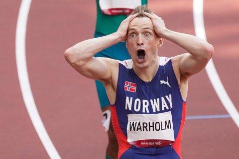Karsten Warholm registrerer sin supertid som ga OL-gull og verdensrekord på 400 meter hekk.