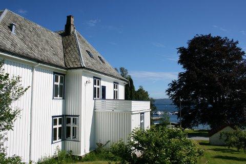 IDYLLISK: Fra Doktorboligen er det flott utsikt mot til sjøen i Nedstrand. Nå skal to aktører kjempe om å overta boligen.