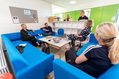 DISKUTERTE: Flere lærere ved Åkrehamn videregående skole tar ofte opp politiske temaer i lunsjpausen. Fra venstre: Elin Kjetland, Pål Kaldheim, Arild Haga, Ole Kristian Skår, Brit Ropsal og Ann Kristin Kristoffersen.