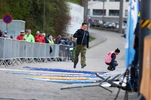 BLÅSER FEIL VEI: Det er ikke bare bannerne til Hårfagrerittet som faller. Det samme gjør også deltakerantallet. Her må arrangør Jan Erik Søvig løpe for å fikse opp i fjor.