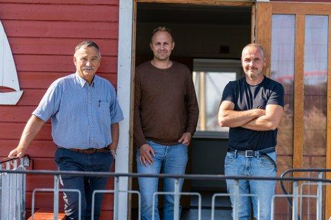 ENGASJERT: Helge Thorheim, Bjørn Ove Ådland og Anton Ranheim utenfor brakkene på Ferkingstad.