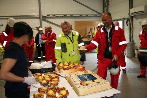 ALLE FEKK KAKE: Det var kake til alle som jobbar med å støype dei elleve 107 meter høge flytande understella til Hywind Tampen-vindmøllene. Konserndirektør for fornybar energi i Equinor, Pål Eitrheim, og konsernsjefen i Aker Solutions, Kjetel Digre, fekk også.