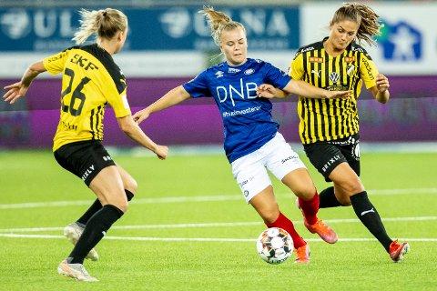 DEBUT: Onsdag spilte Olaug Tvedten (i midten) sin første kamp for Vålerenga etter overgangen fra Avaldsnes. Det var mot svenske Häcken i 2. playoff-runde i Champions League.