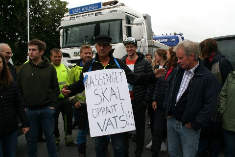 MOBILISERTE: Vatsbuar med vogntog, lastebilar og firmabilar, og Asbjørn Nesheim med plakat rundt halsen, demonstrerte i Ølen då Vindafjord kommunestyre diskuterte svømmehallstriden tysdag kveld.