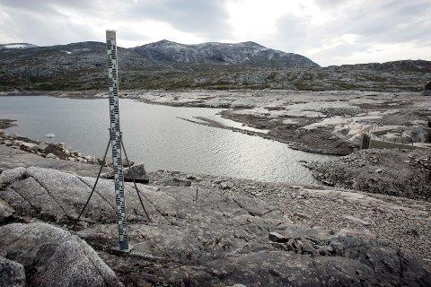 SUNNDALSØRA: Det er så lite vann at målestaven står på tørr grunn ved vannmagasinet Osvatnet i Torbudalen ved Sunndalsøra.