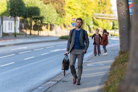 PÅ VEI INN: Siktedes advokat, Stian Kristensen, kom gående til politihuset i Stavanger tirsdag formiddag.