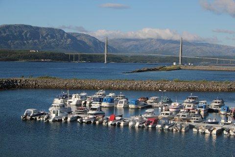 To fritidsbåter som ligger i Horvnes marina er brutt opp og utstyr og bensin er stjålet .