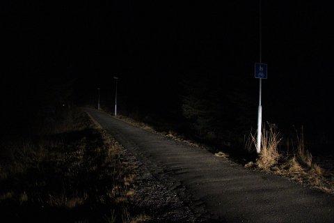 Lyseen i gangveien nord for Ura skole har gått av og på uten system de siste månedene.