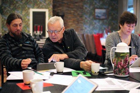 Politikerne i Leirfjord er ikke innstilt på noen ny runde med debatt om kommunesammenslåing. Fra venstre Ole Morten Lunde (Sp), Sigvald Meisfjord og Susanne Kjærstad (begge SV). Mariann Vatne