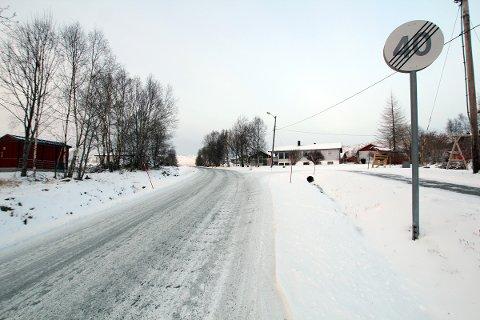 Her slutter både 40-sone og gang- og sykkelvei ved Simsøhøgda i Leirfjord i dag, selv om det er skolevei.