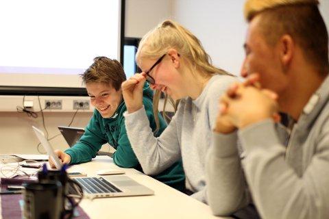 Dag Olav Hauge Jonassen (13) og Mathilde Mathisen (14) fra Sandnessjøen deltar på filmworkshop, og ler av råmaterialet sitt.