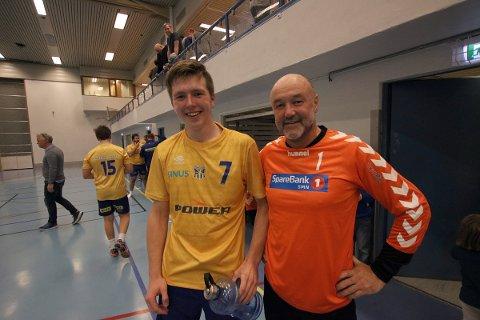 Yngst og eldst: Bjugn-keeper Johnny Solli er født i 1964. Sandnessjøens Mats Mortensen er født i 2001. Lørdag møttes de i kamp i Stamneshallen, da Mortensen hadde sin hjemmedebut på SILs A-lag. Håndball, Sandnessjøen mot Bjugn i Stamneshallen, SIL håndball herrer, 071017