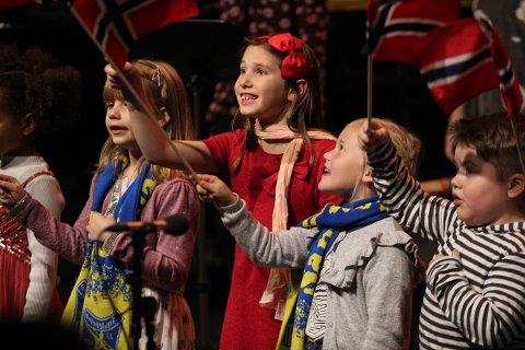 «Ungan sin by» er tittelen på årets konsert med Mannskapet, og også navnet på ei vise om Sandnessjøen. Barnekoret for AlLe med flagg og SIL-skjerf på sangen om krigsseileren Jack - også kalt Heia SIL.