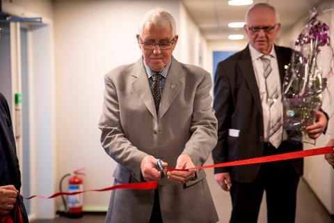 Anton Antonsen, leder i Leirfjord Eldreråd, fikk æren av å klippe snoren for det nye omsorgssenteret på Leland.