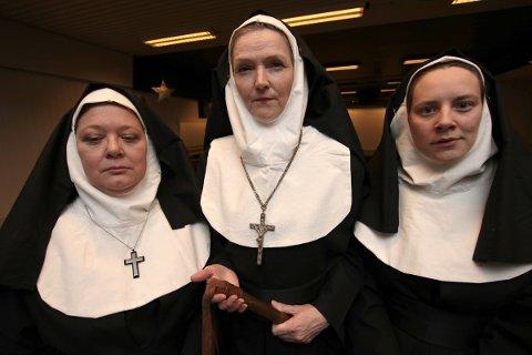 Søster Immaculata (Berit Ingebrigtsen, fra venstre), søster Magdalen (Ann Kristin Grønmo Edvardsen) og søster Teresa (Heidrun Persdatter Aaserud) representerer makta i «Syndens vaskeri».