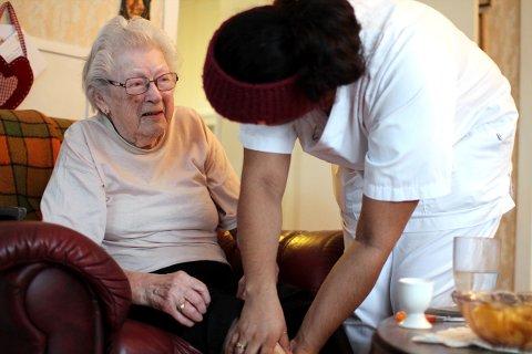 Åse Marie Edvardsen blir 90 år i år, og bor hjemme i Ulvangen i Leirfjord. Hun får daglig besøk fra hjemmesykepleien, her ved Eline Aksnes, og setter stor pris på det.