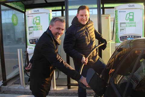 Til høyre Joakim Sveli, forretningsutvikler i Fortum Charge & Drive som drifter ladestasjonene for el-bil i Sandnessjøen. Til venstre ordfører Bård Anders Langø.