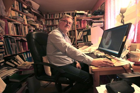 I et overfylt arbeidsrom pusser Kåre Hansen på manuset til en oppfølger til den Petter Dass-kritiske biografien han ga ut i 2006. – Jeg sitter på så utrolig mye dokumentasjon som ingen andre har sett, sier han.