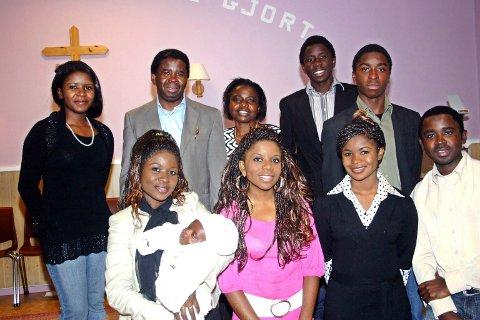 Familien Nhonzi på besøk i Sandnessjøen i 2008, i forbindelse med Evald Hagenes' begavelse. Fra venstre bak: Fadhili, pappa Ahadi, mamma Ada, Mugiso, Aganze. Foran: Zawadi med Joshua på armen, Furaha, Mapendo og Muleha