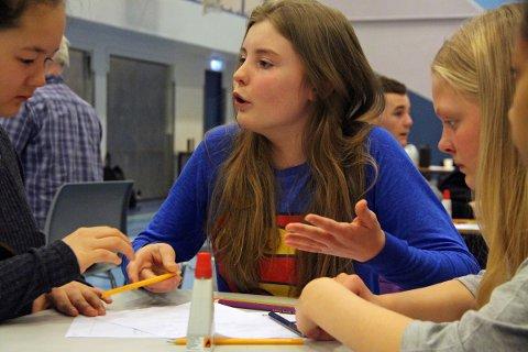 Hannah Einmo-Hoff (fra v.), Judith Bach Ekseth og Mia Meyer fra Leirfjord var blant de 250 ungdomsskoleelevene som deltok på innovasjonscamp i Stamneshallen.