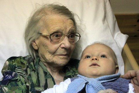 Marie Antoinette Andersen har 19 tippoldebarn, og er her avbildet med et av de yngste av dem for et års tid siden. Nå er familien utvidet med enda et ledd nedover i rekka.
