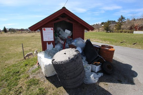Dette søppelet på Seløy ble ikke hentet før 17. mai