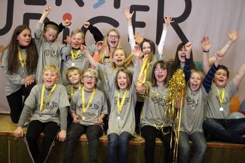 Elevene ved Tverlandet oppvekstsenter i Leirfjord jubler for gull i åpen klasse i forskningskonkurransen Nysgjerrigper.