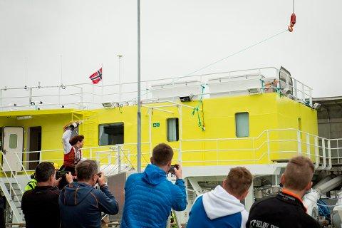 Det var det nyetablerte selskapet Hydro Fish Care AS som døpte fartøyet Apollon på Svennholmen på Herøy. Gudmor var Kristin Ottesen, veterinær og daglig leder i HaVet. Hun trengte flere forsøk før champagneflaska knuste. Fartøyet skal brukes til avlusing av laks.