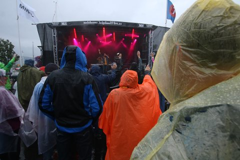 Regntøy var kjekt å ha da Dekstra Large var første artist ut på Havnafestivalen.