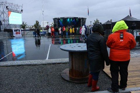 Publikum var ikke spesielt tallrikt da Havnafestivalen åpnet. Men fargerikt regntøy livet opp i festivalområdet i Karivika.