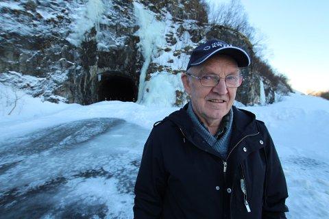 Etter at det raste på Gamle Mosjøveien i fjor, mistet Emil Remnes veien til huset sitt. Remneset ligger en liten kilometer på den andre siden av Kamsbekken tunnel i Leirfjord (bildet).